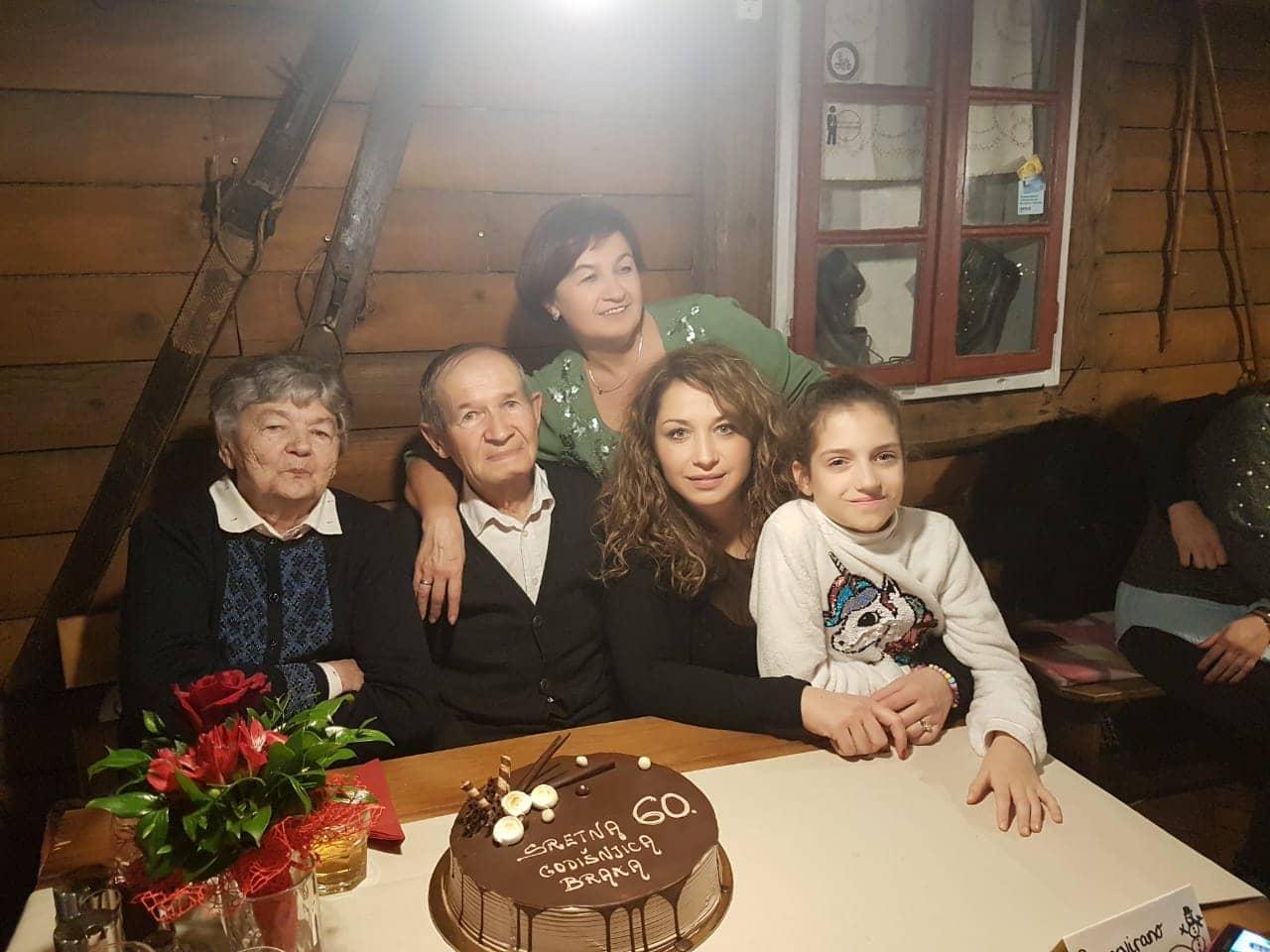 ana s roditeljima i kćerkom i unučicom