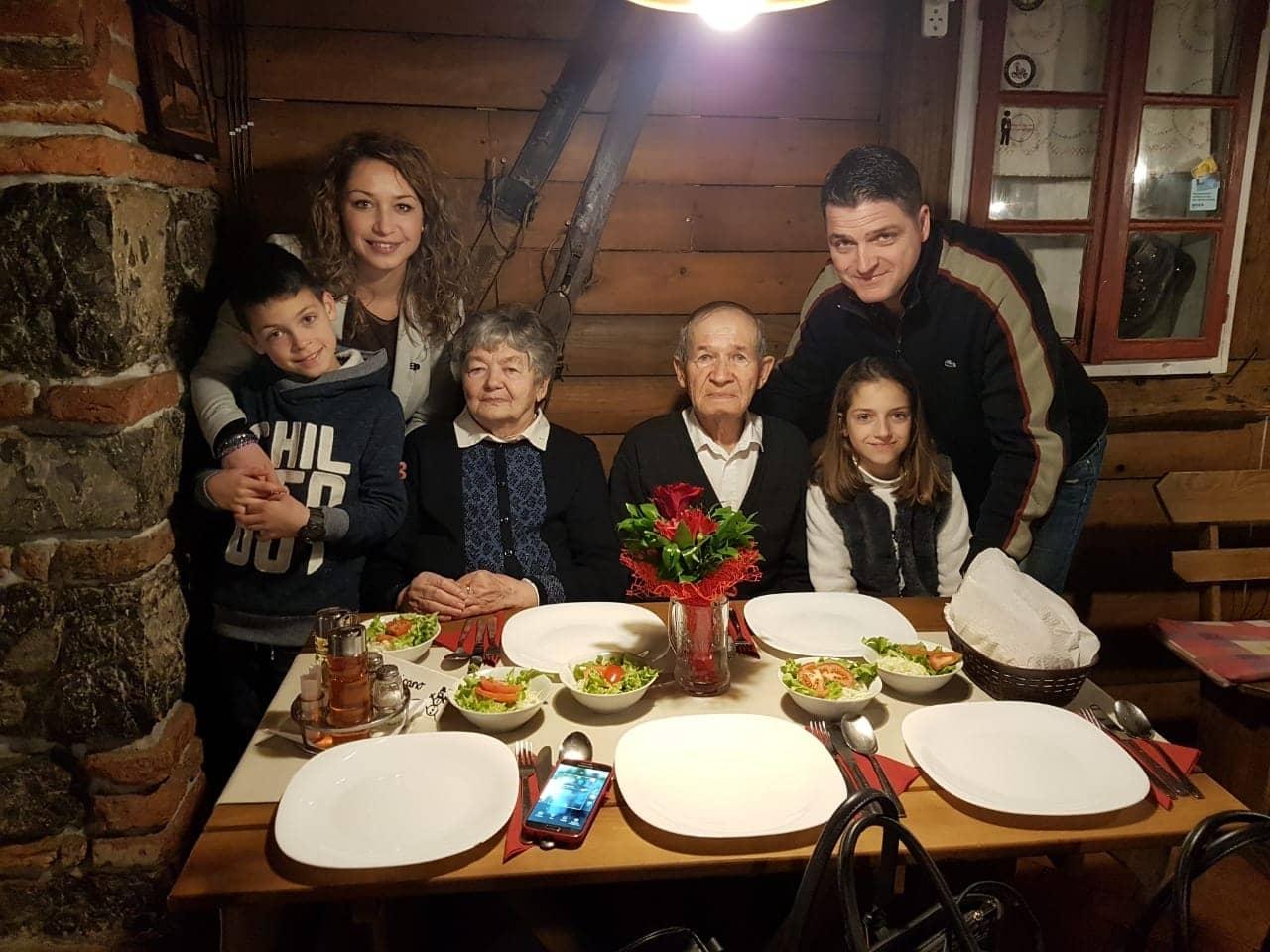 unuka ivana s praunucima i mužem